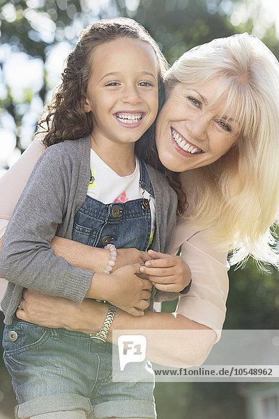 Portrait,umarmen,lächeln,Enkeltochter,Großmutter