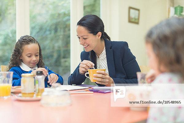 arbeiten,Tochter,Tisch,Mutter - Mensch,Frühstück,Hausaufgabe