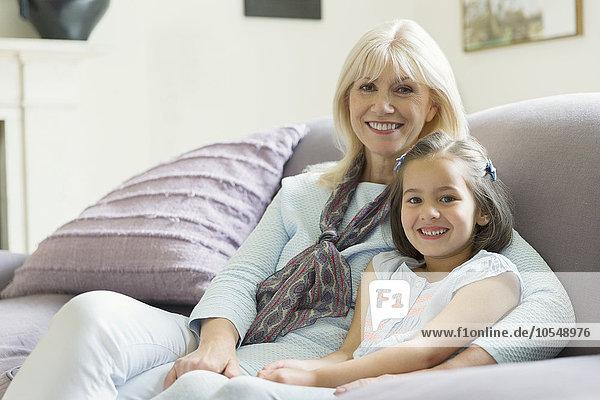 Portrait,Couch,lächeln,Zimmer,Enkeltochter,Großmutter,Wohnzimmer
