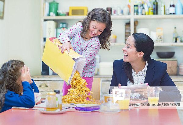 Getreide,Spiel,eingießen,einschenken,Fülle,Mädchen,Tisch,Frühstück
