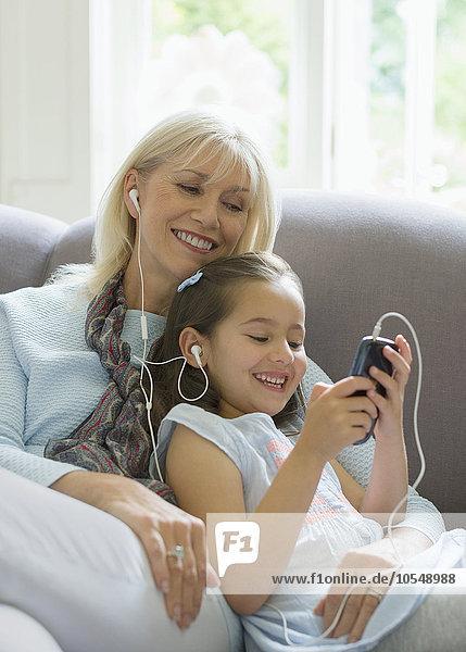 zuhören,Couch,teilen,Kopfhörer,Enkeltochter,Großmutter,Musik,Klassisches Konzert,Klassik