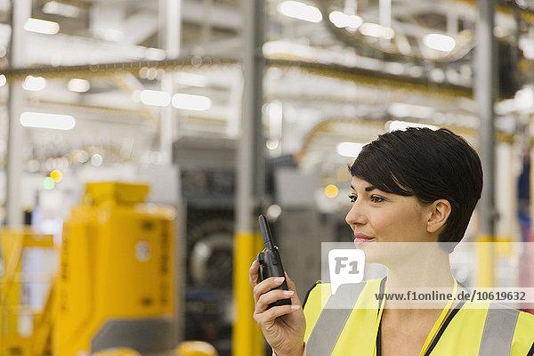 benutzen,Funkgerät,walkie talkie,walkie talkies,arbeiten,Fabrikgebäude