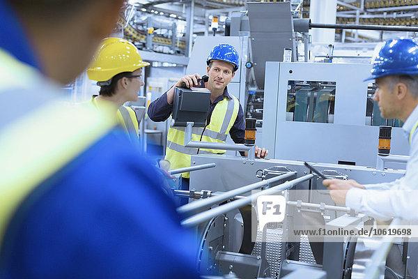 sprechen,arbeiten,Maschine,Fabrikgebäude