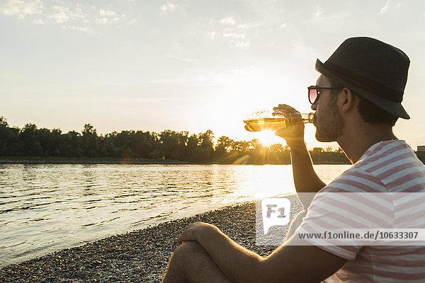 Flussufer,Ufer,Mann,Sonnenuntergang,jung,trinken,Bier