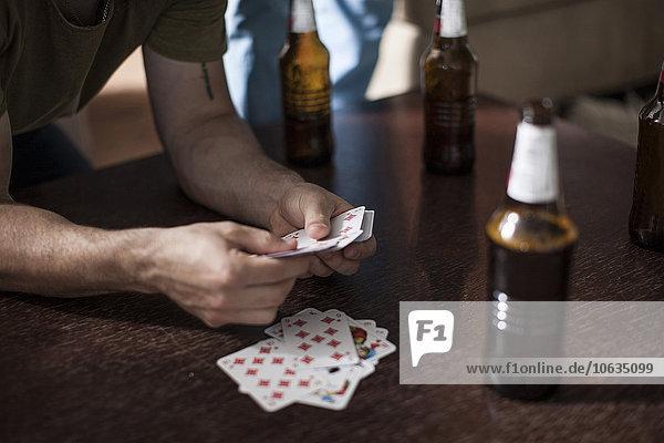 Mann,halten,Karte,jung,Tisch,Bier,spielen