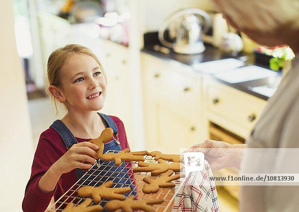 Enkeltochter,Großmutter,Lebkuchen,backen,backend,backt,Keks