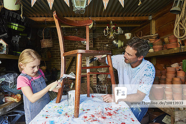 Stuhl,Menschlicher Vater,streichen,streicht,streichend,anstreichen,anstreichend,Tochter