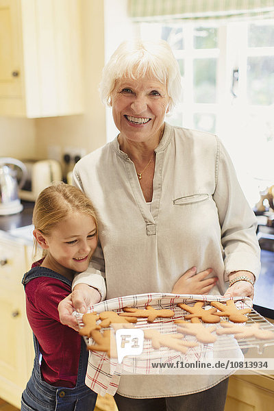 Portrait,lächeln,Enkeltochter,Großmutter,Lebkuchen,backen,backend,backt,Keks