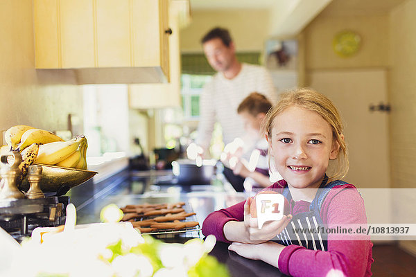 Portrait,lächeln,Küche,Apfel,essen,essend,isst,Mädchen
