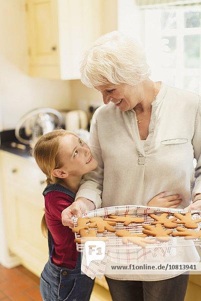 umarmen,Enkeltochter,Großmutter,Lebkuchen,backen,backend,backt,Keks
