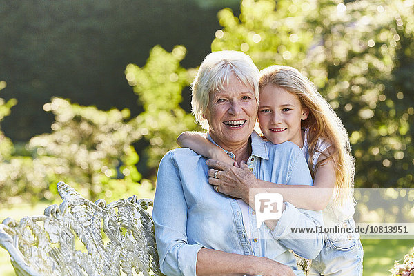 Portrait,umarmen,lächeln,Enkeltochter,Großmutter,Garten