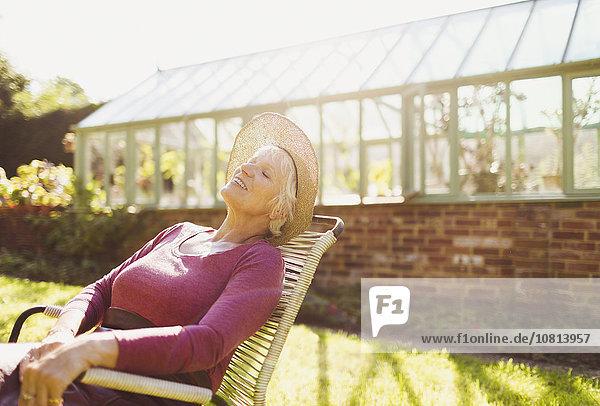 Außenaufnahme,Senior,Senioren,Frau,Entspannung,Sonnenlicht,Sorglosigkeit,Treibhaus