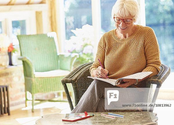 Senior,Senioren,Frau,Buch,bemalen,Taschenbuch