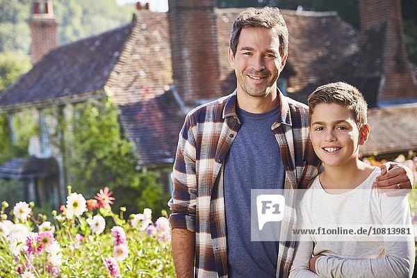 Portrait,Blume,lächeln,Menschlicher Vater,Sohn,Garten,Sonnenlicht