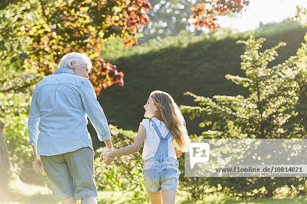 gehen,halten,Enkeltochter,Großmutter,Garten,Sonnenlicht
