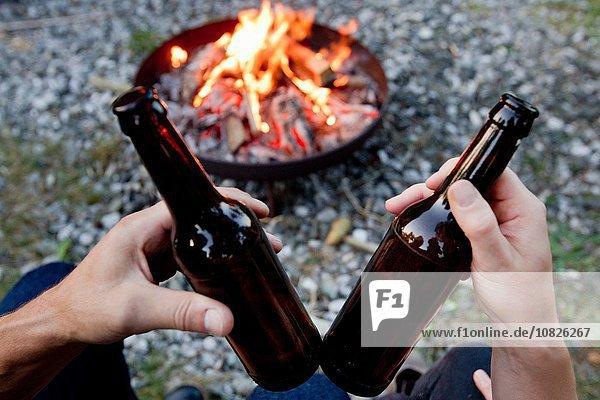 Lagerfeuer,halten,Bier