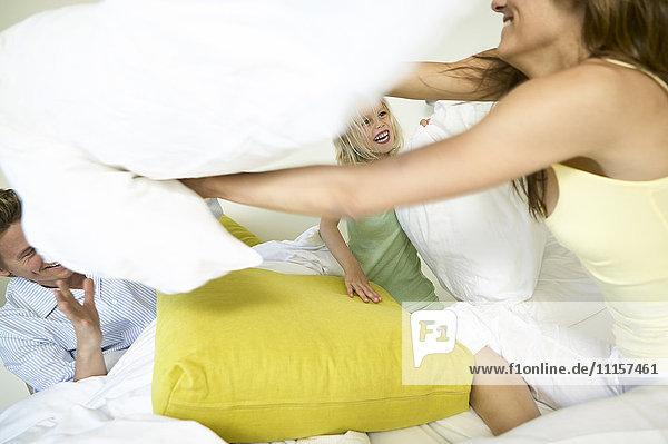 3 Menschen,30 - 40 Jahre,30 bis 35,4 - 5 Jahre,Bett,Bewegungsunscharf