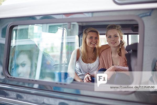 Zwei lächelnde junge Frauen im Auto
