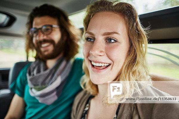 Fröhliches Paar im Auto