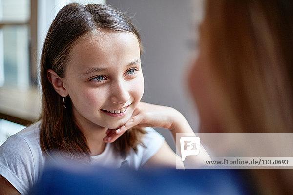Lächelnde Tochter schaut auf ihre Mutter
