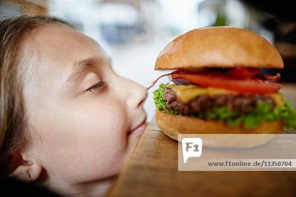 Mädchen schmachtet nach einem Hamburger