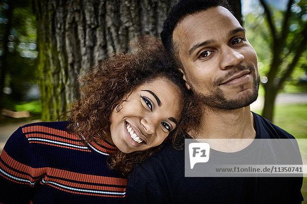 Portrait eines lächelnden jungen Paares im Park