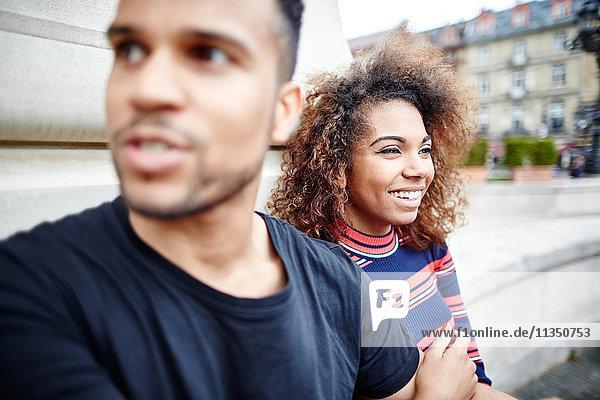 Lächelndes junges Paar in der Stadt