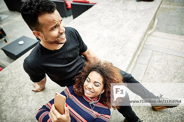 Entspanntes junges Paar mit Handy