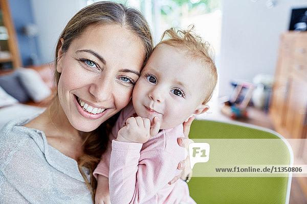 Portrait einer glücklichen Mutter und Baby
