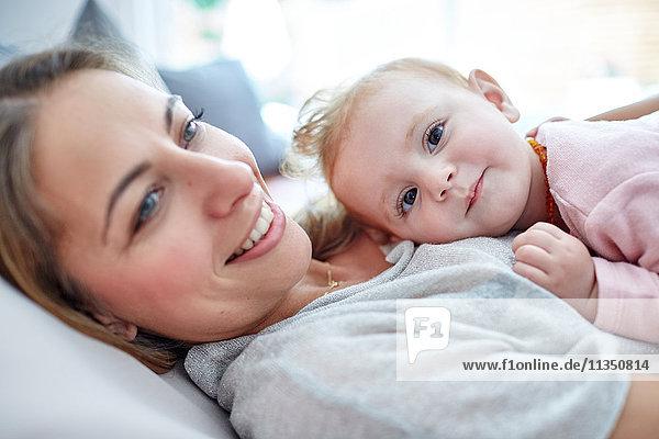 Mutter und Baby entspannen Zuhause