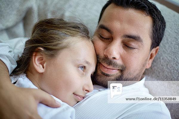 Vater und Tochter kuscheln Zuhause