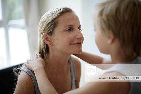 Mutter und Sohn schauen sich an