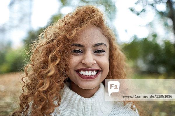 Portrait einer lächelnden Teenagerin im Freien
