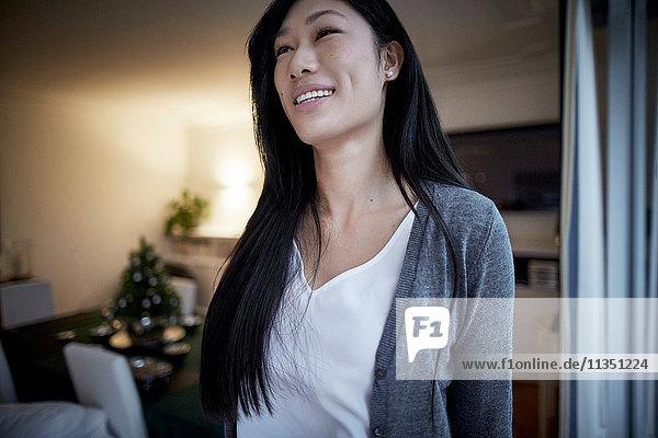 Lächelnde junge Frau Zuhause