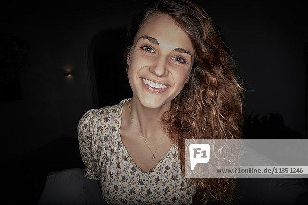 Portrait einer lächelnden jungen Frau