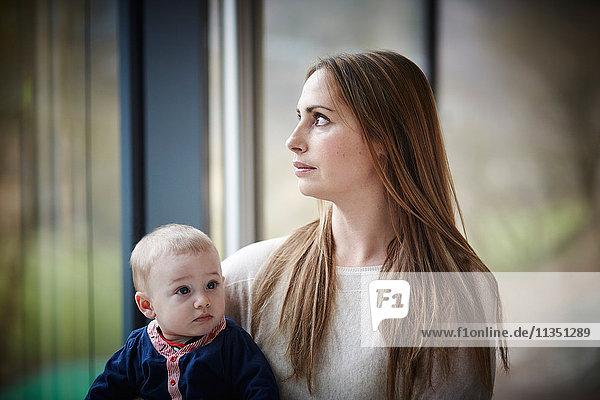 Mutter mit Baby am Fenster