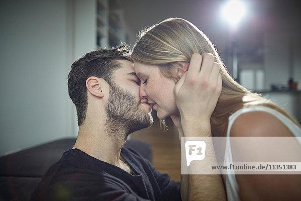 Junges Paar küsst sich