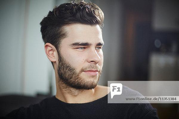 Junger Mann schaut zur Seite