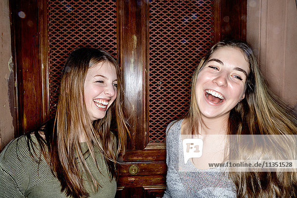 Zwei lachende junge Frauen