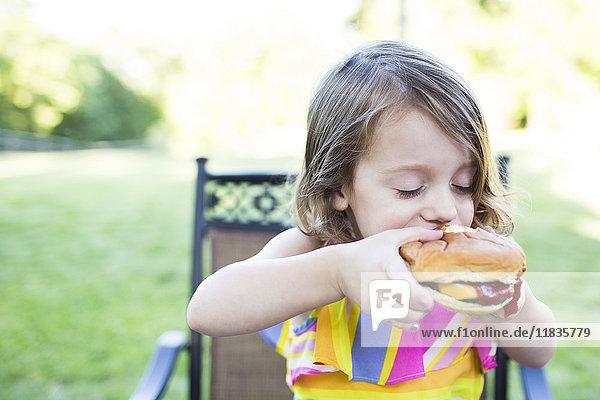 Ansicht,Außenaufnahme,beißen,berühren,Burger,Cheeseburger