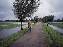 älterer Mann Veloland ein Stürmisches Wetter, Niederlande