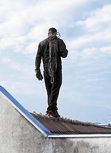 Rückansicht des Mannes zu Fuß auf Dach