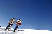 Junges paar in Schnee, Rückansicht