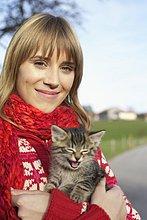 Junge Frau mit einem Kätzchen auf dem Arm - Tierliebe - Herbst, fully_released