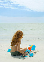Girl playing am Strand