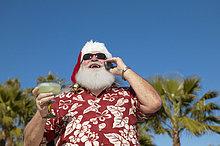 Handy,benutzen,Glas,Menschlicher Vater,Baum,halten,Hemd,Hintergrund,Weihnachten,Cocktail,Kurznachricht,Kleidung,hawaiianisch