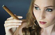 Nahaufnahme des jungen Frau rauchen Zigarre,mund