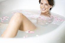 Eine junge Frau in einem Spa-Bad