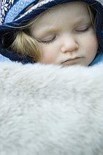 Kinder Kleinkind Mädchen, schlafen unter Fell Decke, Portrait
