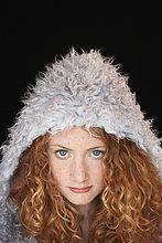 Teenagerin (15-17) tragen hooded Mantel, Portrait, Nahaufnahme
